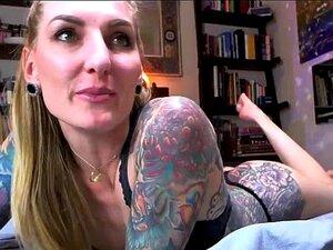 Tatuado chica violentamente juega su Clits, un