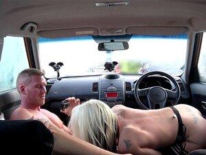 Examinadores de conducción golpeando en el