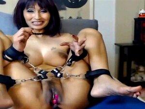 Chica sexy atada con cadenas LoveChatCentral