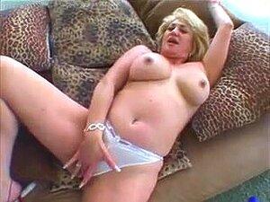 Dana Hayes GILF rubia sexy se masturba y se folla,