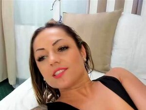 La seductora latina Rita filma su cara mientras