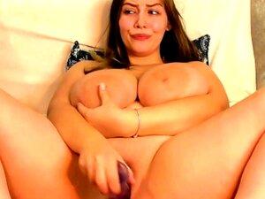 Morena tetona con areolas gigantes masturbándose