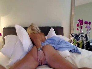 Sexy está desnuda en la cama