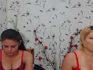 Dos chicas calientes digitación y comer cada
