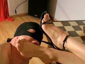 Adoración de y sandalias
