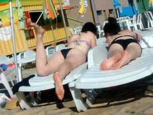 Dos jóvenes hermanas no en parque acuático,