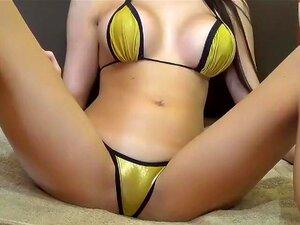 CutieBambi en un bikini amarillo,