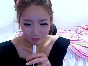 Chica solo bailando en el webcamera