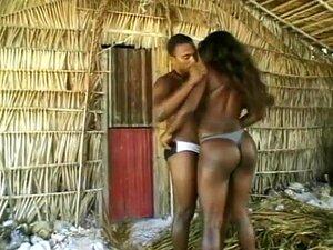 Una Chica Negra Es Perforada En La Playa