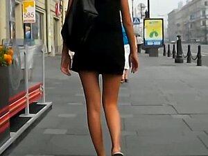 Hot chick morena bronceada camina sobre una