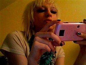 Rubia sexy fumar, una chica rubia hablar